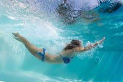 Señora en la piscina Foto de archivo libre de regalías