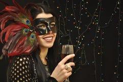 Señora en máscara de lujo con un vidrio de vino Imágenes de archivo libres de regalías