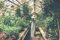 Señora en naranjal foto de archivo