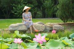Señora en parque Imagenes de archivo