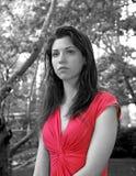 Señora en rojo en parque Imagen de archivo
