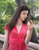 Señora en rojo en parque Imagen de archivo libre de regalías
