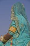 Señora en sari azul Imágenes de archivo libres de regalías