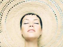 Señora en sombrero de paja Fotografía de archivo libre de regalías
