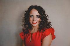 Señora en una alineada roja Imagenes de archivo