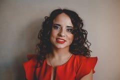 Señora en una alineada roja Foto de archivo libre de regalías