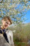 Señora en una bufanda bajo árbol Imágenes de archivo libres de regalías
