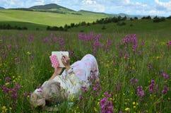 Señora en una escritura del paisaje de la primavera Imagen de archivo libre de regalías