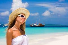 Señora en una playa tropical Foto de archivo