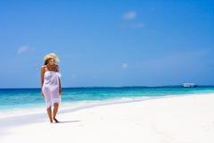 Señora en una playa tropical Foto de archivo libre de regalías