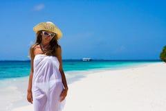 Señora en una playa tropical Imagenes de archivo