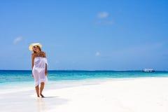 Señora en una playa tropical Imágenes de archivo libres de regalías