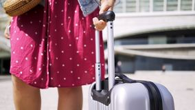 Señora en vestido con equipaje en la calle metrajes
