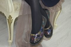 Señora en zapatos del colorfull Imagenes de archivo