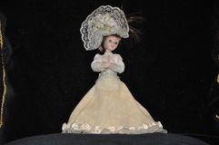 Señora encantadora en un vestido lujoso Porcelana Colección de muñecas imagen de archivo