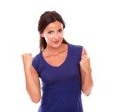 Señora encantadora en vestido púrpura con los brazos para arriba Fotografía de archivo