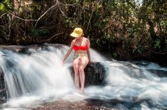 Señora Enjoying la cascada Fotografía de archivo