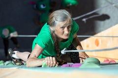 Señora envejecida Doing Extreme Sport Fotografía de archivo libre de regalías