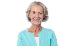 Señora envejecida sonriente en casual Imagen de archivo