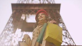 Señora feliz con compras acertadas en la capital de la moda del mundo, shopaholic metrajes