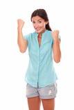 Señora feliz en camisa azul con los brazos para arriba Fotos de archivo