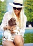 Señora feliz Interacting With Dog Fotografía de archivo