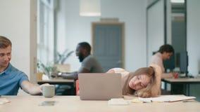 Señora feliz que despierta después de café en el lugar de trabajo El dormir cansado de la mujer de negocios almacen de video