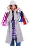 Señora feliz que presenta con los bolsos de compras Imágenes de archivo libres de regalías