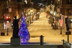 Señora Foreward adorna un árbol de navidad el Nochebuena Imagen de archivo libre de regalías