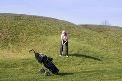 Señora Golfer Chipping Fotos de archivo libres de regalías