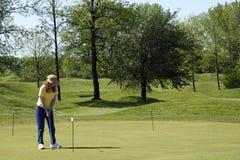 Señora Golfer On Practice Green Imagenes de archivo