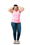 Señora gorda en escala de la dieta Imágenes de archivo libres de regalías