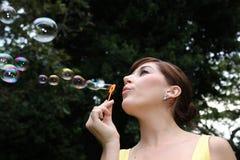 Señora hermosa Blowing Bubbles fotografía de archivo libre de regalías