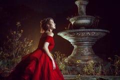 Señora hermosa cerca de la fuente Fotos de archivo libres de regalías