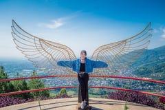 Señora hermosa con el ala del ángel fotografía de archivo