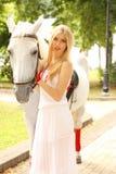 Señora hermosa con el caballo blanco Foto de archivo