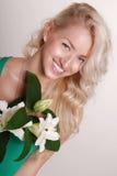 Señora hermosa con el pelo rubio rizado largo Foto de archivo libre de regalías