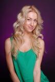 Señora hermosa con el pelo rubio rizado largo Fotos de archivo libres de regalías