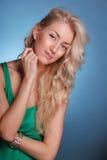 Señora hermosa con el pelo rubio rizado largo Imagen de archivo libre de regalías
