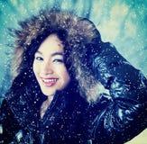 Señora hermosa con la chaqueta del invierno al aire libre Foto de archivo