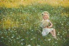 Señora hermosa con la hija linda en campo de la manzanilla Imágenes de archivo libres de regalías