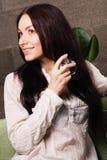 Señora hermosa con una botella de perfume Fotografía de archivo