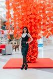 Señora hermosa del negocio en los corazones de papel rojos imágenes de archivo libres de regalías
