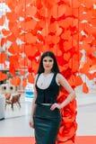Señora hermosa del negocio en los corazones de papel rojos Fotos de archivo