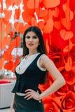 Señora hermosa del negocio en los corazones de papel rojos imagenes de archivo