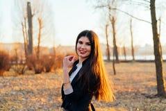 Señora hermosa del negocio en un parque soleado Retrato imagen de archivo