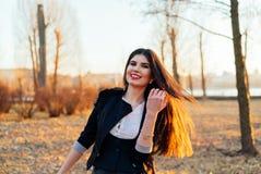 Señora hermosa del negocio en un parque soleado Retrato fotos de archivo libres de regalías