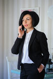 Señora hermosa del negocio que habla en el teléfono Fotografía de archivo libre de regalías