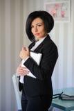 Señora hermosa del negocio que trabaja en una tableta Fotos de archivo