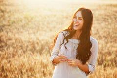 Señora hermosa en campo de trigo imagen de archivo libre de regalías